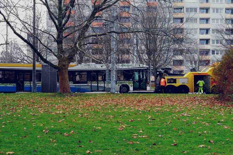 Vermutlich wegen eines defekten Kompressors blieb der LVB-Bus der Linie 60 am Bayrischen Bahnhof liegen.