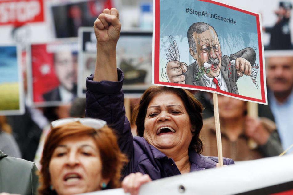 Kurden demonstrieren in Düsseldorf mit Karikaturen gegen den geplanten Besuch des türkischen Staatspräsidenten Erdogan.