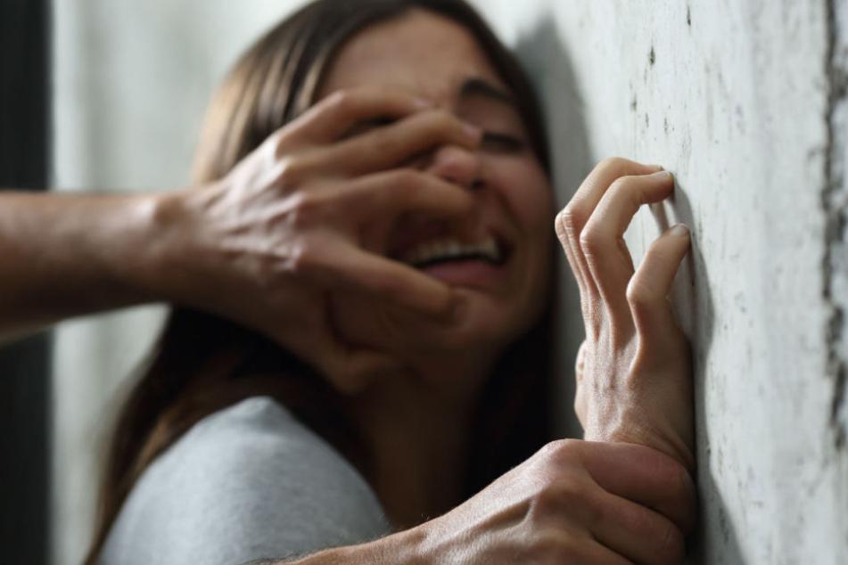 Auf dem Heimweg: Sextäter vergreift sich an 22-Jähriger und zerreißt ihre Kleidung