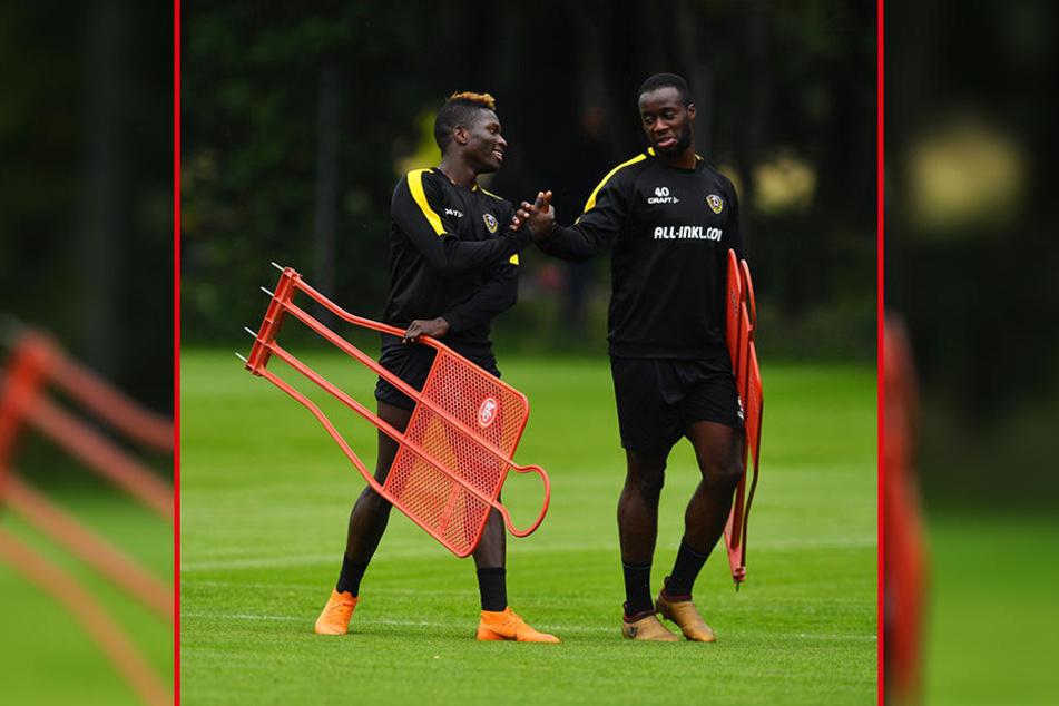 Zwei Angreifer unter sich. Erich Berko (r.) klatscht im Training mit seinem Kumpanen Moussa Koné ab. Gemeinsam wollen sie in der neuen Saison für reichlich Torgefahr sorgen.