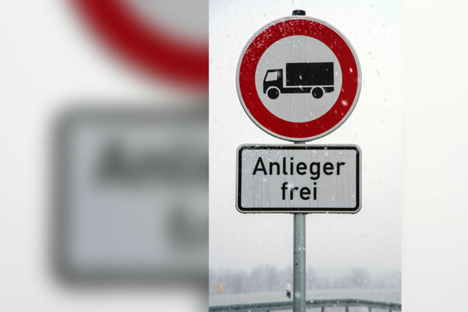 Ein Schild wie dieses sollte an der Abfahrt Richtung Schneppendorf aufgestellt werden. Daraus wurde aber nichts.