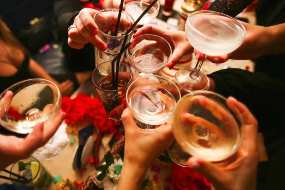 Geburtstagsgast muss Party verlassen, weil er zu betrunken ist: Dann wird ein Messer gezückt