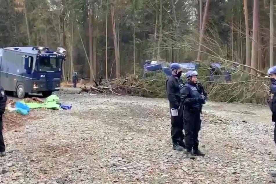 Ist das noch Umweltschutz? Aktivisten bewerfen Polizisten mit Pyrotechnik