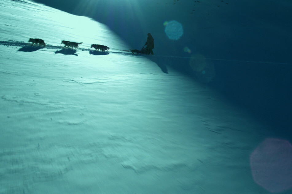 Von der einen auf die andere Sekunde findet sich Clint (Willem Dafoe) erst in einer schneebeckten Landschaft wieder...