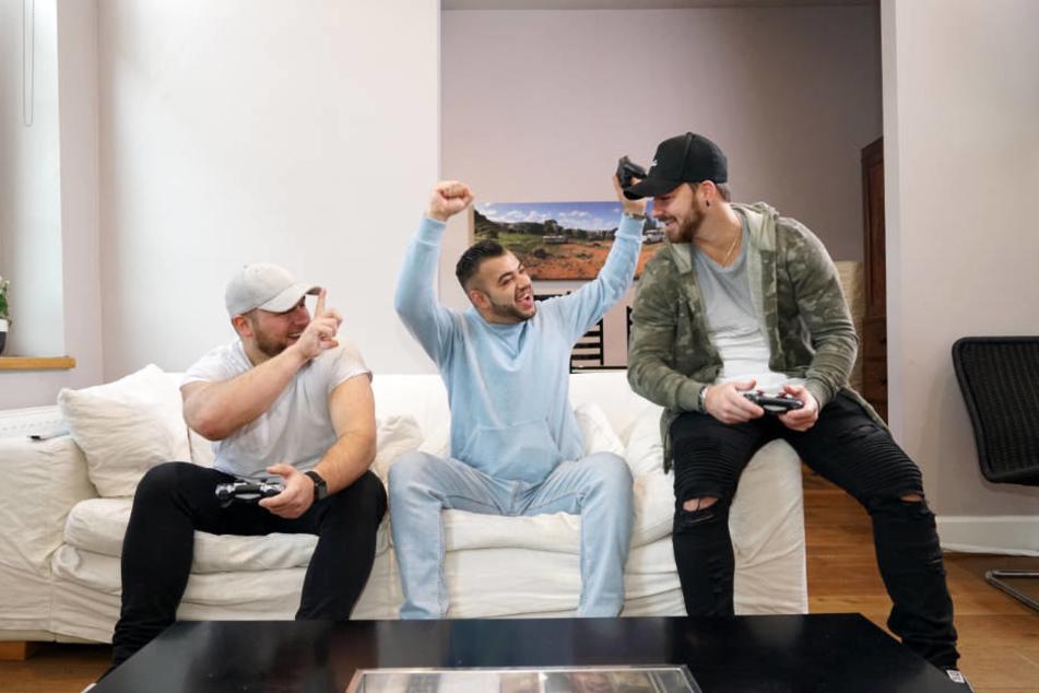 Giulio, Mario und Michel (l-r) zocken in ihrer Freizeit gerne mit der Playstation.