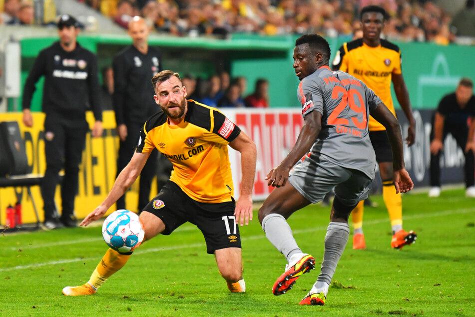 Das Duell wird es am Sonntag wieder geben: Morris Schröter (l.) gegen Paderborns Jamilu Collins. Dynamo gewann im Pokal mit 2:1.