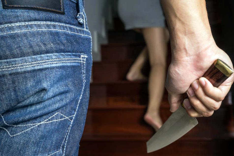 Plötzlich soll der 49-Jährige ein Messer gezogen und erst auf den 22-Jährigen und anschließend auf dessen Freundin eingestochen haben. (Symbolbild)