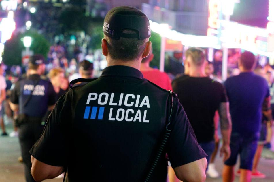 Auch Polizisten seien verletzt worden.