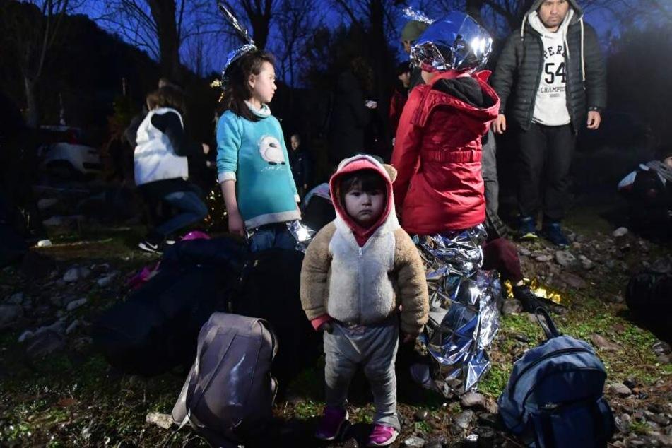 Migranten kommen auf der griechischen Insel Lesbos an, nachdem sie mit einem Beiboot die Ägäis von der Türkei aus überquert haben.
