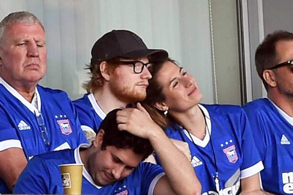 Ed Sheeran bei einem Fußballspiel mit seiner Frau Cherry.