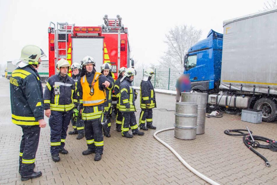 Die Feuerwehr rückte auf dem Hof der Spedition zum Gefahrguteinsatz an.