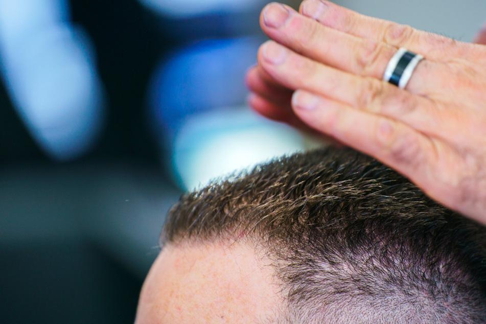 Ein Friseurbesuch wurde in Schwaben zum Fall für die Polizei. (Symbolbild)
