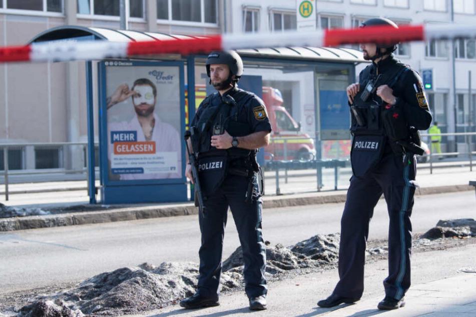 Polizisten stehen an einem Einsatzort im Stadtteil Au.