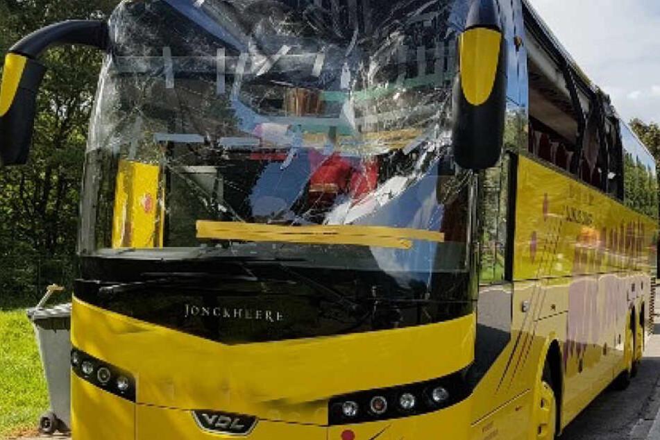 Völlig zerstört: Die Windschutzscheibe des Reisebusses.
