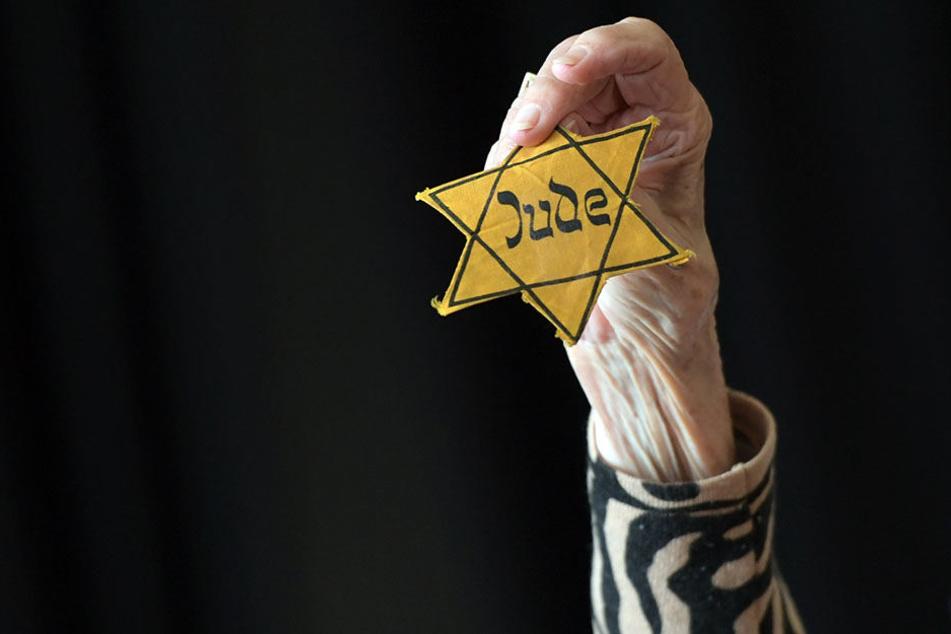 """Eines der wichtigsten Utensilien bei ihren Lesungen aus dem Buch """"Versuche, dein Leben zu machen"""": der Judenstern."""