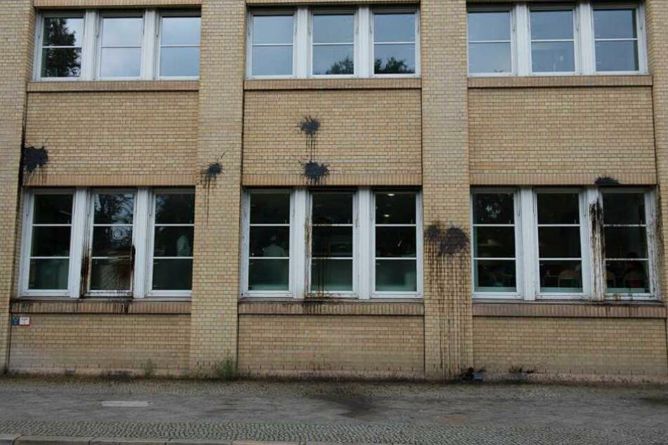 Farbspuren und zerbrochene Fensterscheiben blieben nach dem Angriff auf die   Bundesdruckerei zurück.