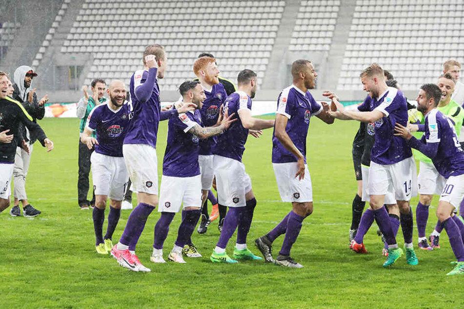 Tanzen im Regen: Die FCE-Kicker feierten den so wichtigen Sieg gegen Kaiserslautern ausgelassen.