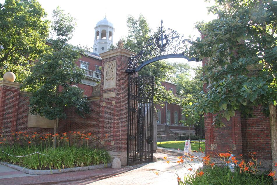 Der Campus der Harvard-Universität in Cambridge in Massachusetts. Studierende der Universität müssen sich zum Beginn des neuen Semesters gegen Corona impfen lassen.