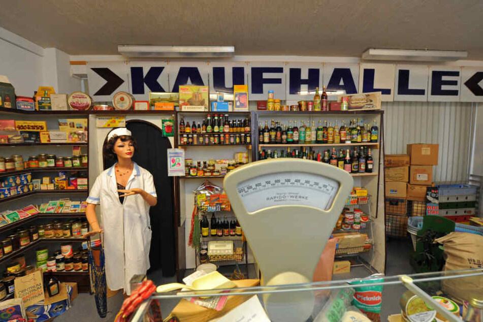 Eine komplette Kaufhalle samt Verkäuferin wird (noch) im DDR-Museum in Radebeul präsentiert.
