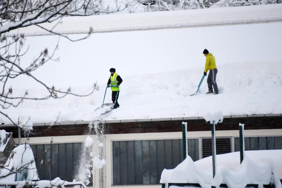 Dächer, wie hier in Ruhpolding, müssen vom Schnee befreit werden, um ein Einstürzen zu verhindern.