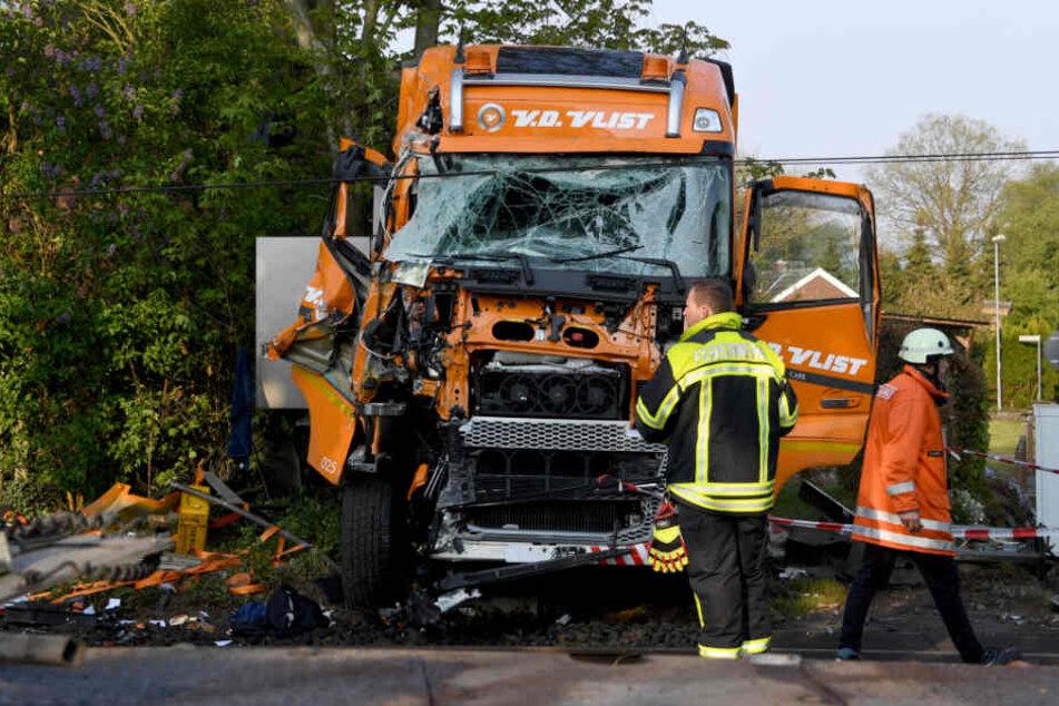 Ein Zug stieß mit dem Lastwagen auf dem Bahnübergang zusammen.