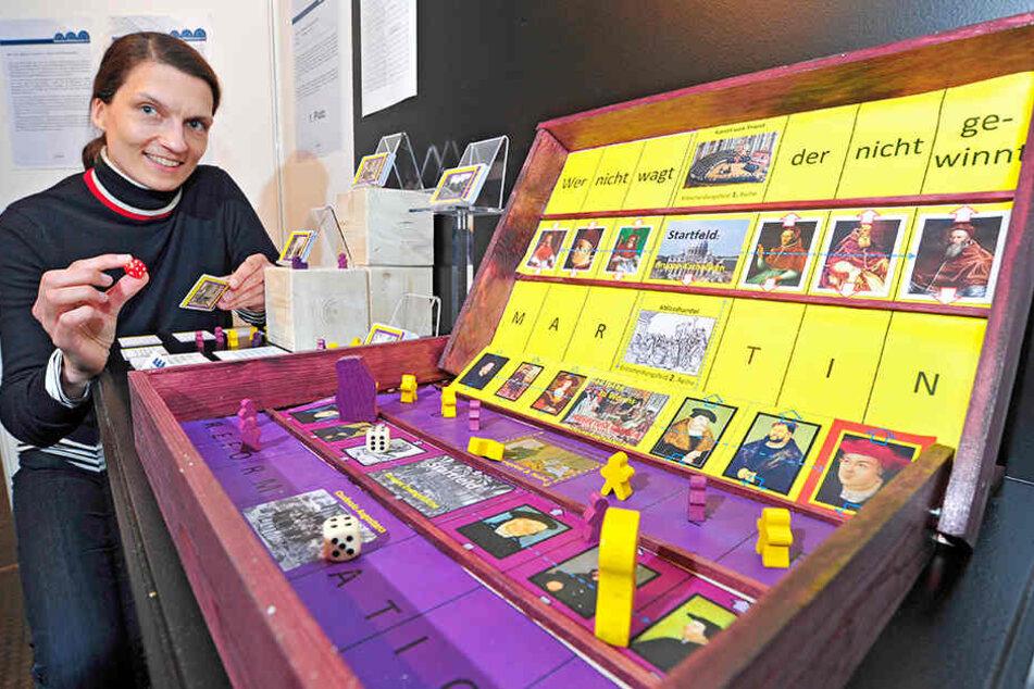 Mit Martin Luther spielen: Constanze Schwegler zeigt das Siegerprojekt im Spielmuseum.
