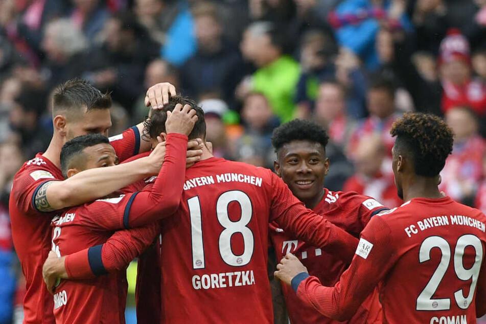 Münchens Spieler jubeln mit Leon Goretzka (M) über seinen Treffer zum 2:0.