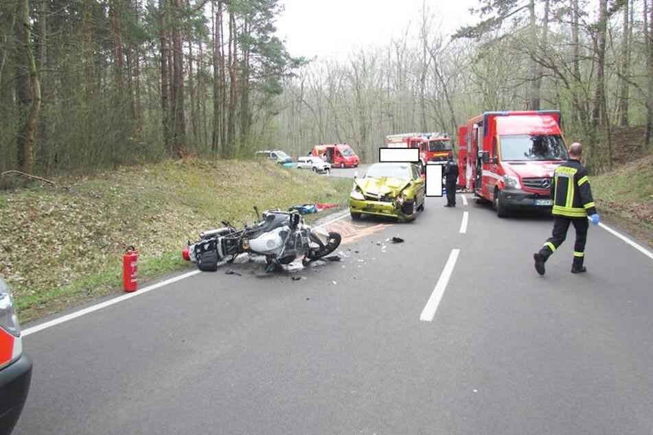 In einer Linkskurve krachten die beiden Fahrzeuge zusammen. Der Biker wurde schwer verletzt.