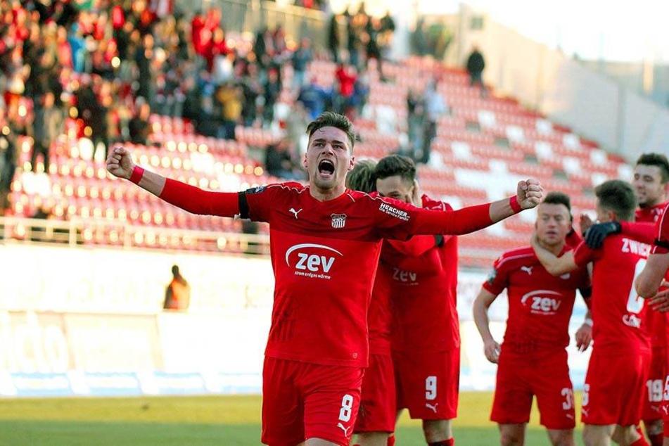 Jonas Nietfeld jubelt sein Tor zum 3:0-Endstand gegen Paderborn.