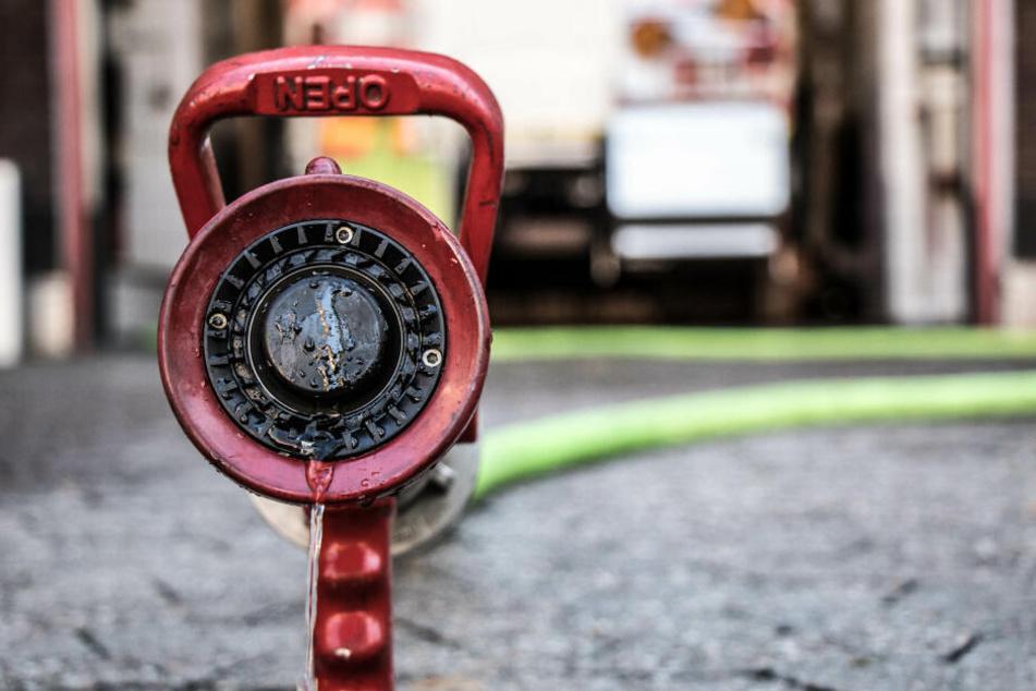 Luxus-Mercedes abgefackelt: Feuerwehr brauchte 9000 Liter Wasser für Batterie!