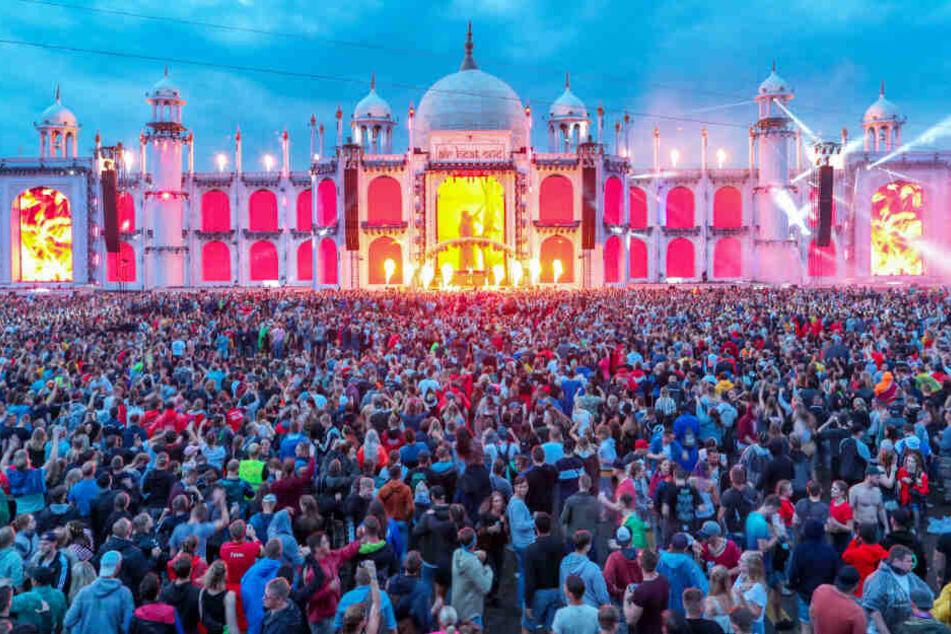 """Zehntausende Besucher tanzen vor der Hauptbühne des Elektro-Festivals """"Airbeat One""""."""