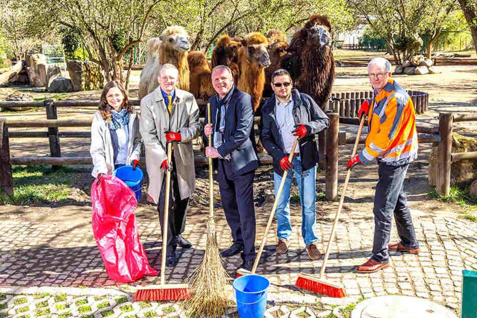 Zoochef Karl-Heinz Ukena (48, Mitte) schwingt schon mal den Besen.