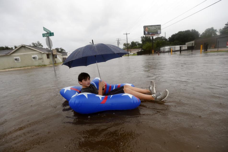 Einige nehmen die Überschwemmungen mit Humor.