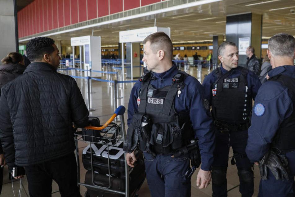Spezialeinheiten der französischen Polizei patrouilleren am Flughafen Paris-Orly.