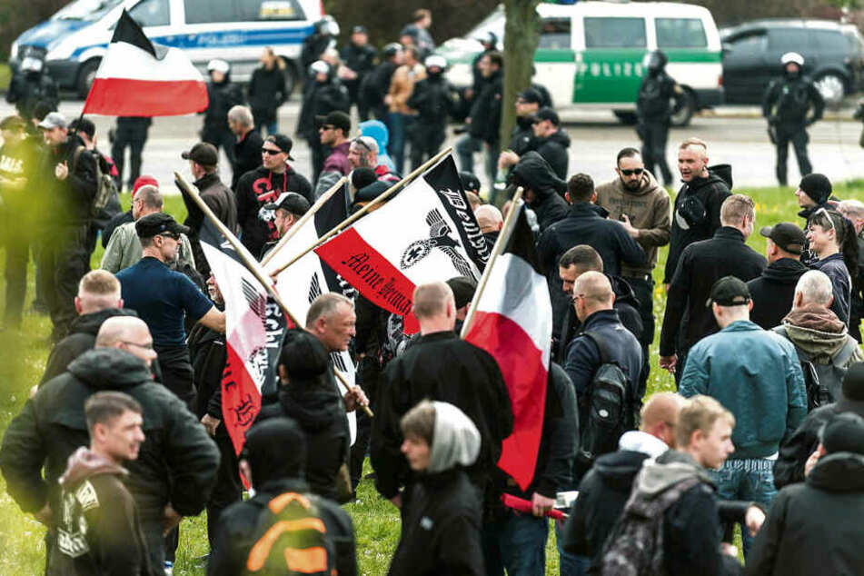 """Neonazis bei einer Demo in Plauen: Laut Merz wurde die """"Dimension des verdeckten Rechtsextremismus"""" unterschätzt."""