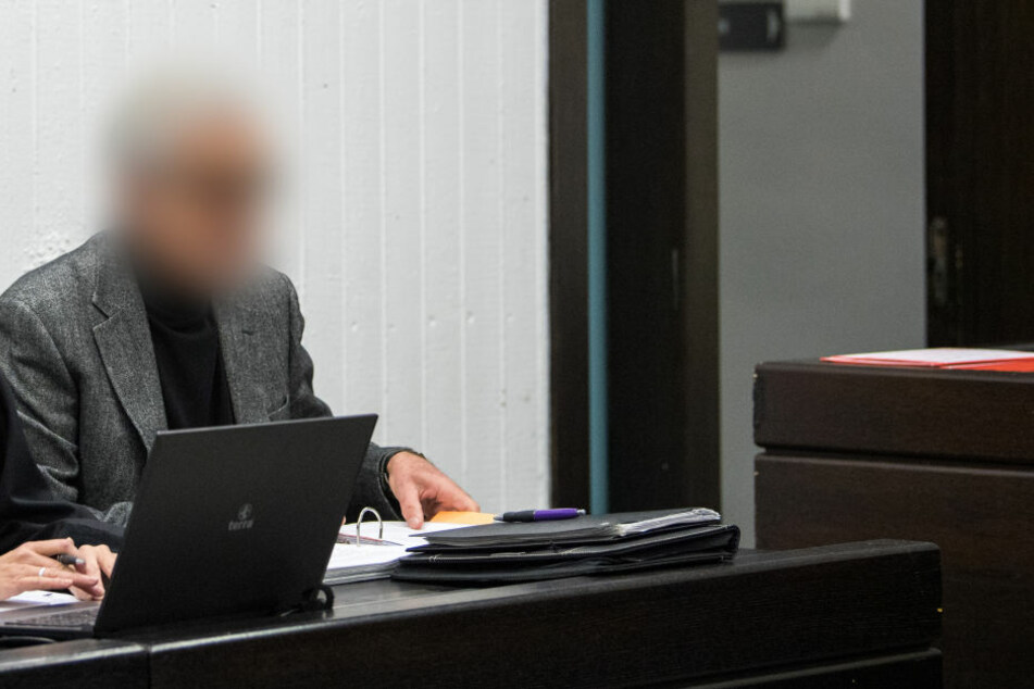 Der Angeklagte sitzt während dem Prozessbeginn wegen Untreue, Betrug und Bankrott gegen den ehemaligen Vorstand der Stiftung Nestwerk vor dem Landgericht in Stuttgart (Archivbild).