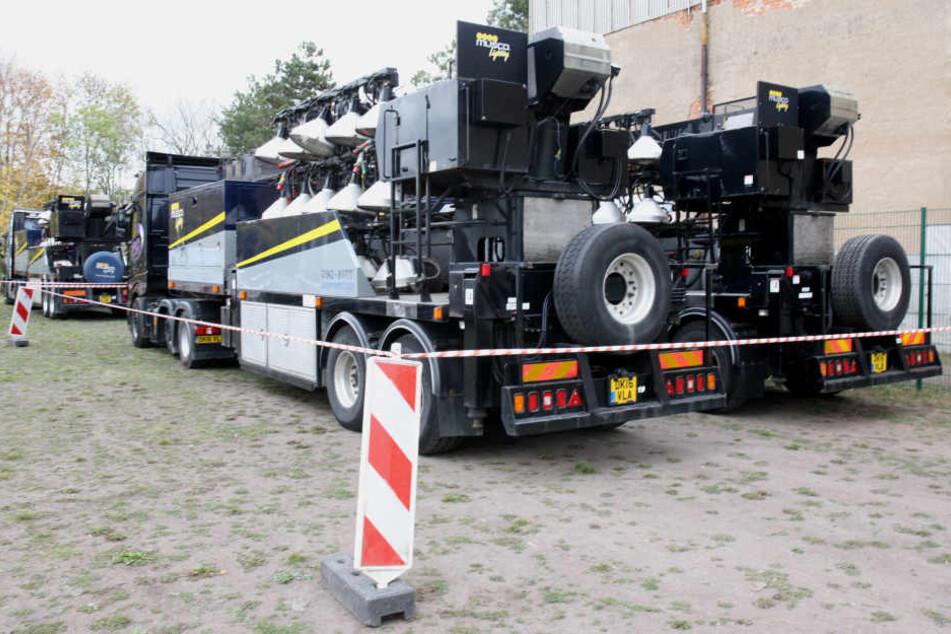Vier englische Trucks stehen seit Samstag im Leutzscher Holz. Am Sonntag wird das geladene Flutlicht aufgebaut, am Montag findet damit ein öffentliches Abschlusstraining statt.