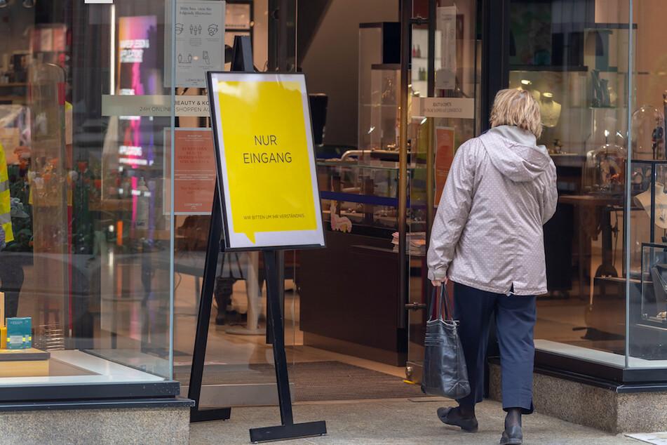 Von dieser Woche an dürfen in Bayern unter anderem Geschäfte mit bis zu 800 Quadratmetern Verkaufsfläche unter Auflagen wieder öffnen.