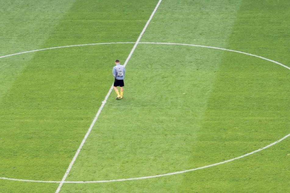 Einsamkeit! Niklas Kreuzer nachdem Osnabrück-Spiel mutterseelenallein auf dem Rasen. Er wusste damals wohl schon, dass die Partie sein Abschied von Dynamo und aus Dresden war.