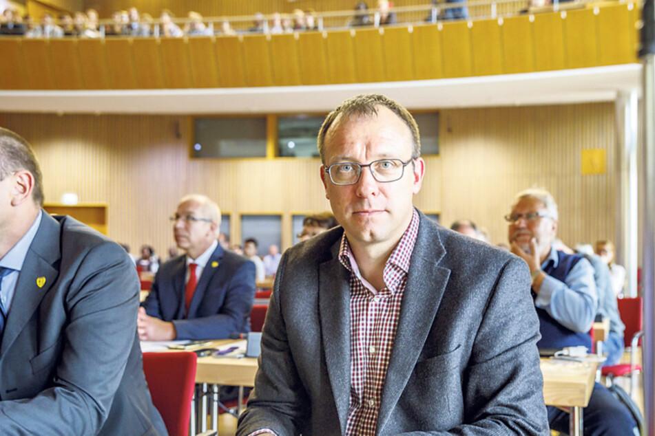 Dresdens FDP-Chef Holger Hase (43) ruft zum Protest gegen den Pegida-Jahrestag auf.