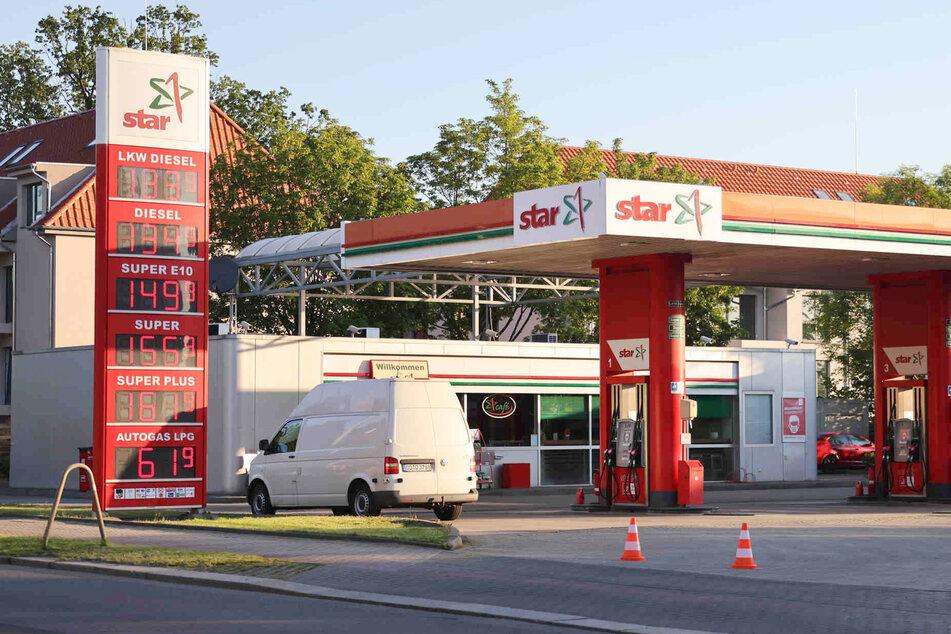 Bis zum Morgen war die Polizei an der Tankstelle mit der Spurensicherung zu Gange.