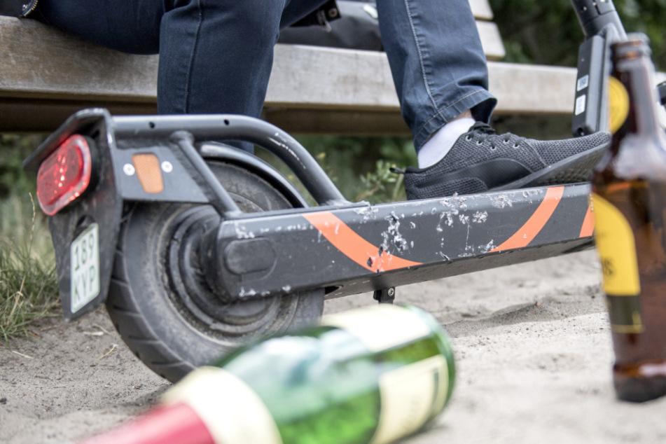 Einer der Schwarzfahrer versuchte, auf einem E-Scooter zu flüchten. (Symbolbild)