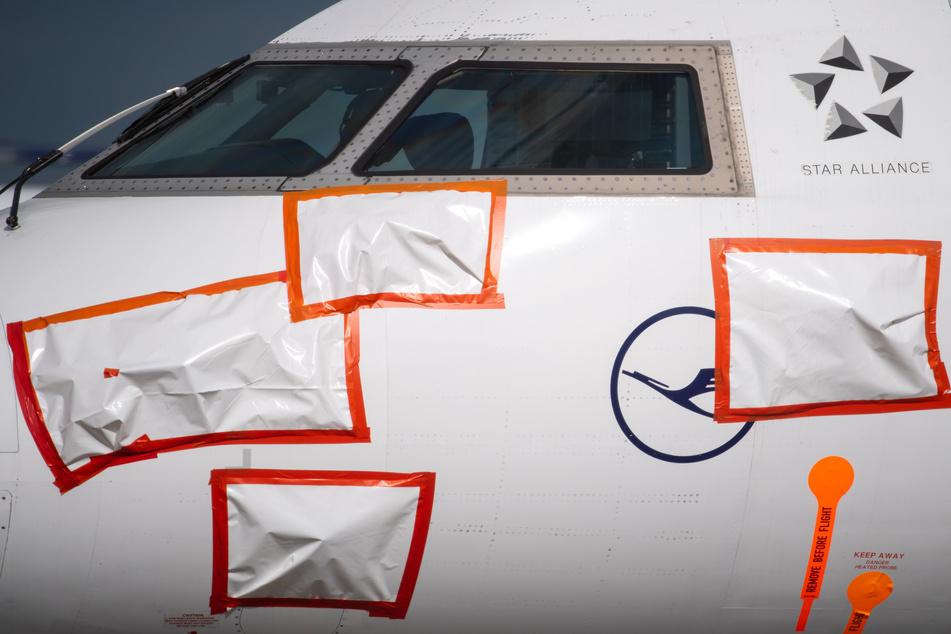 Ein vorübergehend stillgelegtes Flugzeug der Lufthansa steht auf dem Vorfeld am Flughafen München. Dabei sind empfindliche Bereiche der Maschine mit Plastikfolie abgeklebt.