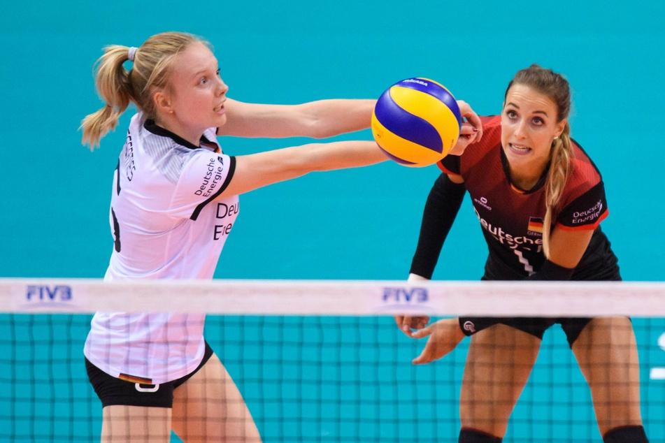Jennifer Geerties (links) mit DSC-Libera Lenka Dürr in der Nationalmannschaft am Ball.