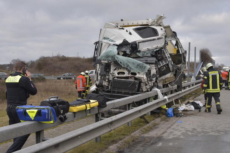 Tödlicher Unfall auf A1: Lkw durchbricht Lärmschutzwand, Fahrer stirbt