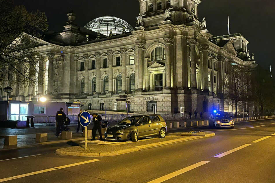 Polizisten sichern die Unfallstelle vor dem Reichstag in Berlin-Mitte.