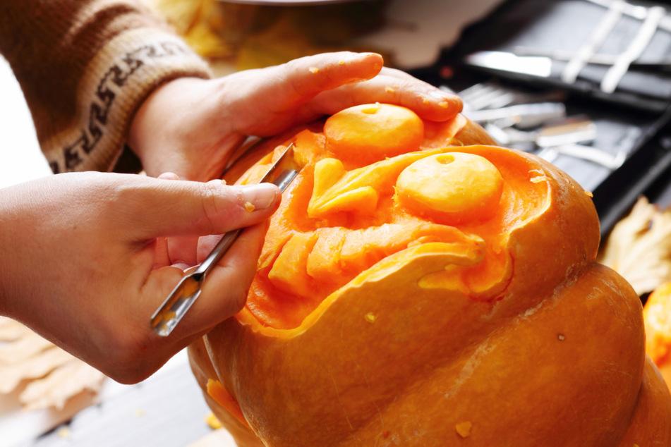 Für so eine Halloween-Kürbismaske braucht man ein wenig handwerkliches Geschick - und viel Phantasie!