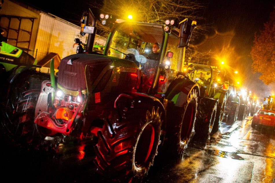 Proteste vor Aldi-Lager! Bauern rücken mit 200 Traktoren an