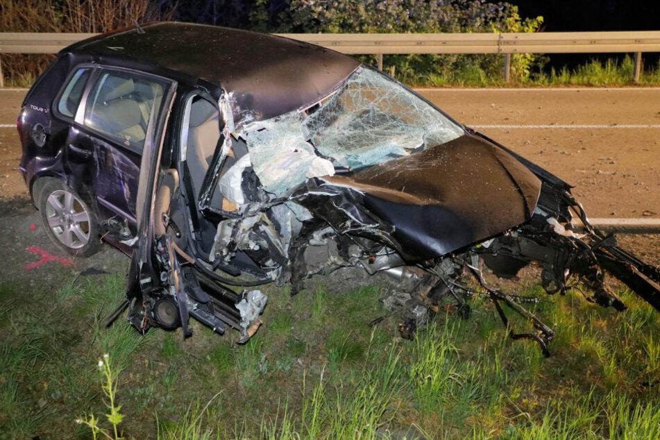 Bundesstraße gesperrt! VW kracht in Baum, Fahrer schwer verletzt