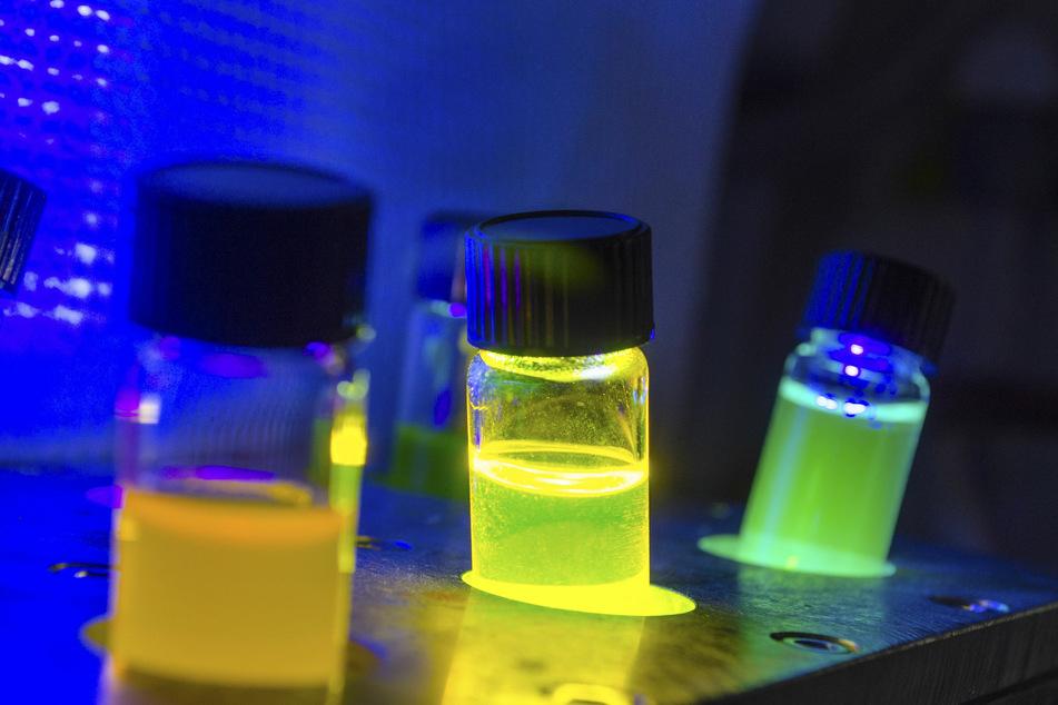 Fluoreszierende Flüssigkeiten unter UV-Licht